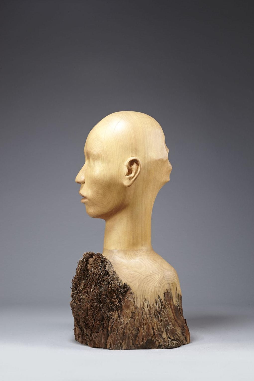 e891a3e6988ee69989 e885a6e585a7e8a19de7aa81 1 - Тайваньский художник создаёт пугающие скульптуры из дерева, в которых как будто застряли люди