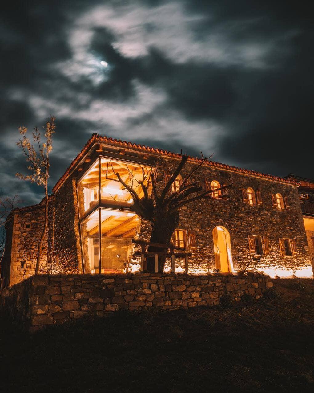 mrizi i zanave 53034714 345447249430993 7772647558116587159 n - В Албании есть невероятный дом с углом из стекла: что он из себя представляет и как выглядит внутри