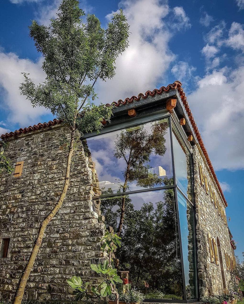 mrizi i zanave 57040236 367009647284722 6759934750253991105 n - В Албании есть невероятный дом с углом из стекла: что он из себя представляет и как выглядит внутри