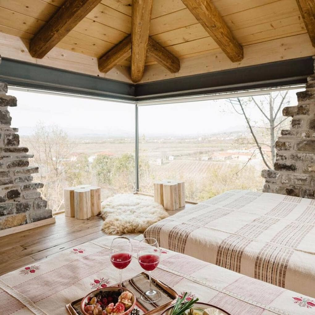 plisatelier 47434733 2211387162452433 4541506688587087777 n - В Албании есть невероятный дом с углом из стекла: что он из себя представляет и как выглядит внутри