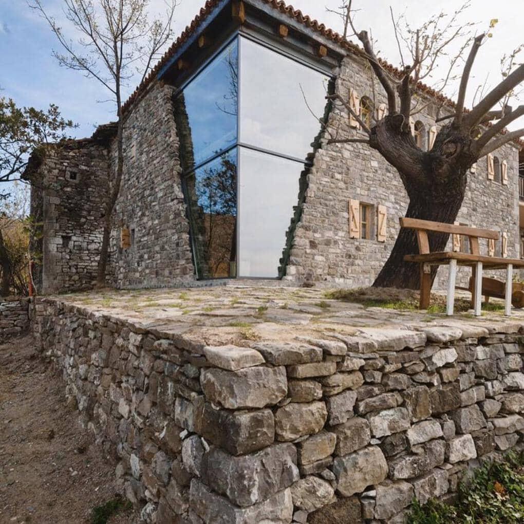 plisatelier 47509682 215693999367911 1702610782386966105 n - В Албании есть невероятный дом с углом из стекла: что он из себя представляет и как выглядит внутри