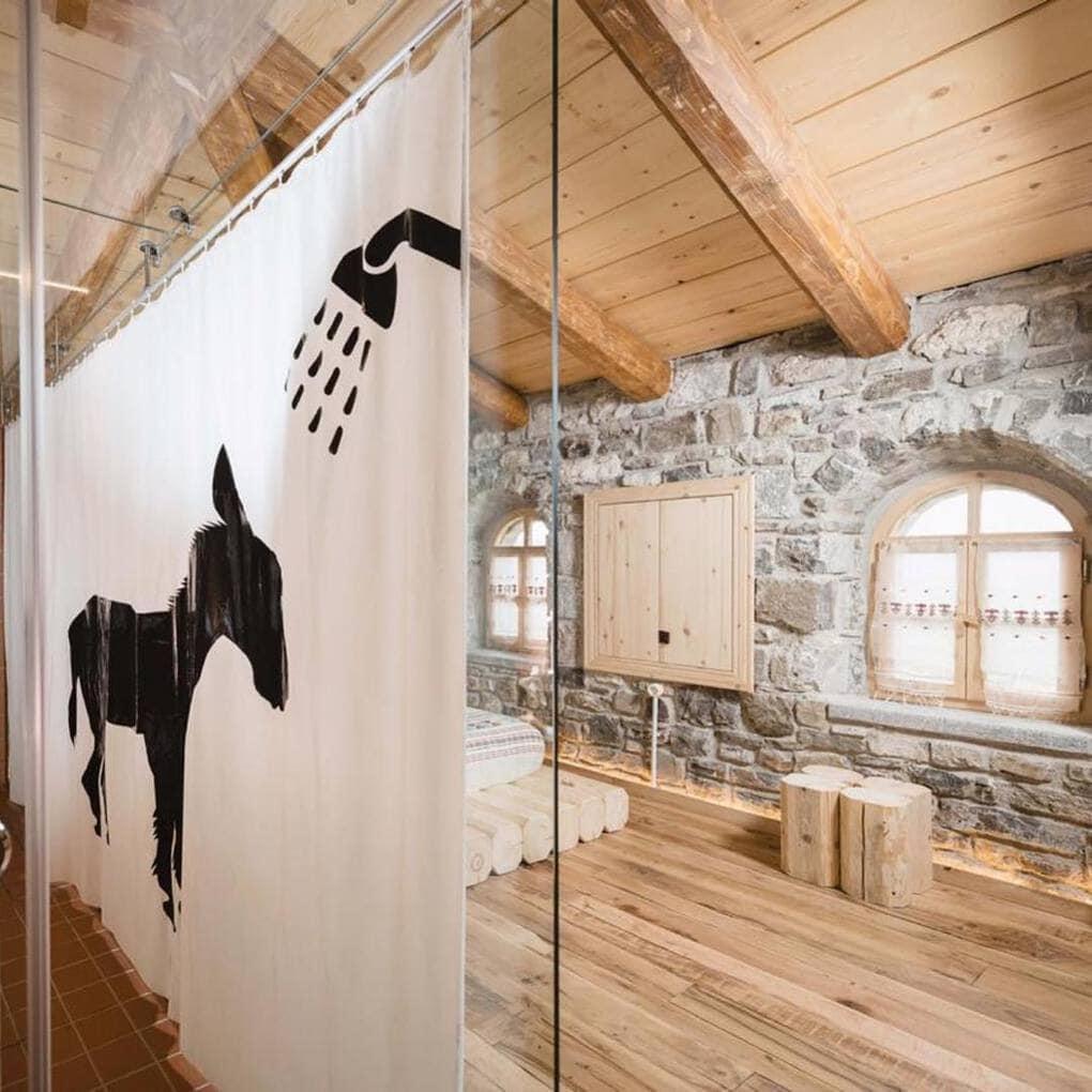plisatelier 47692860 125605981803946 8796705571657050242 n - В Албании есть невероятный дом с углом из стекла: что он из себя представляет и как выглядит внутри