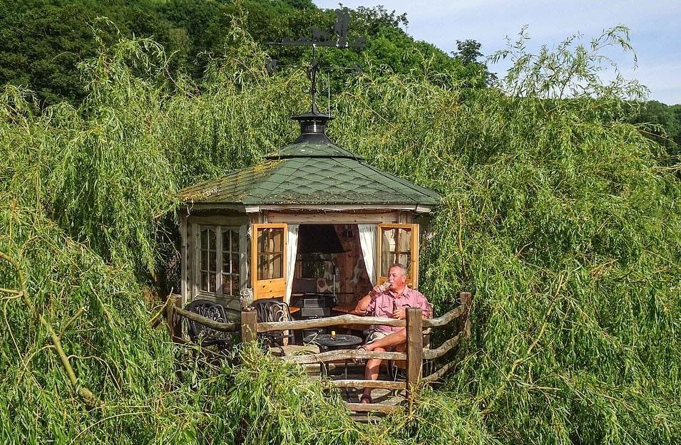 15764854 7223977 terry meredith 65 enjoys a summer evening in his treehouse in ul a 28 1562578227648 - Британец хотел спилить дерево, но вид оттуда оказался так хорош, что он построил на нём домик