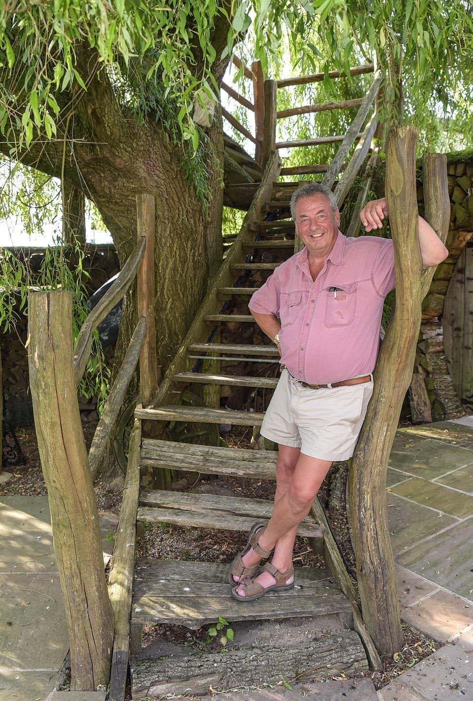 15764924 7223977 terry meredith on the steps to his tree house handmade from logs a 26 1562578227636 - Британец хотел спилить дерево, но вид оттуда оказался так хорош, что он построил на нём домик