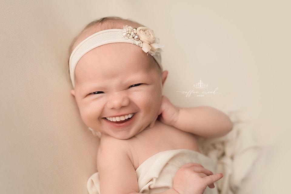 67074718 2648823651803662 4734268465274159104 n - Фотограф из США приклеивает голливудские улыбки к снимкам младенцев. Зрелище, вызывающее мурашки