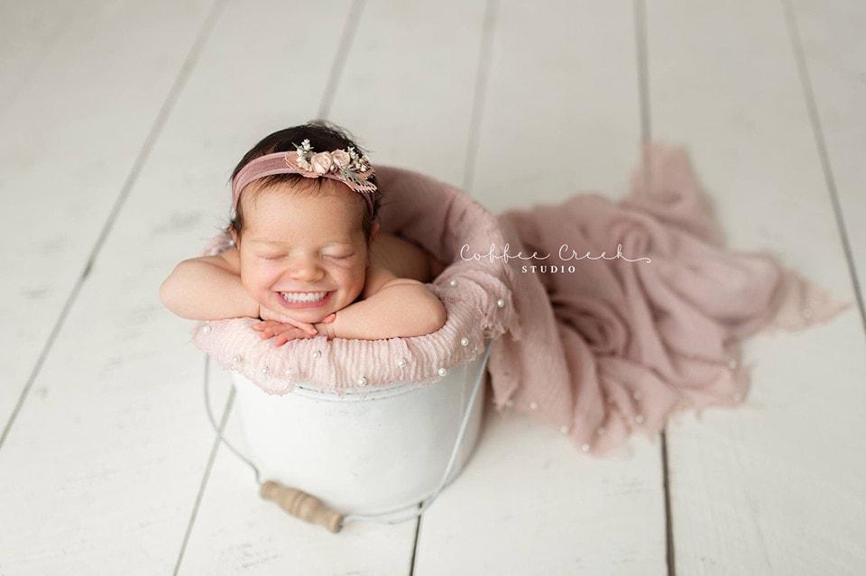 67384079 2648695845149776 1571202640077914112 n - Фотограф из США приклеивает голливудские улыбки к снимкам младенцев. Зрелище, вызывающее мурашки