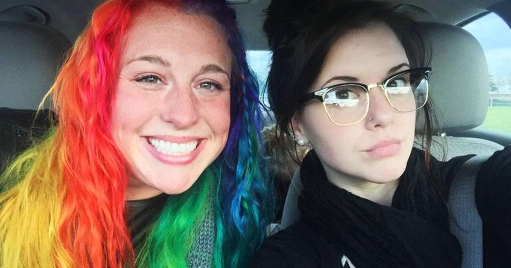 Девушка показала, какие они с сестрой разные — и дело не только в причёсках, но и в их домах