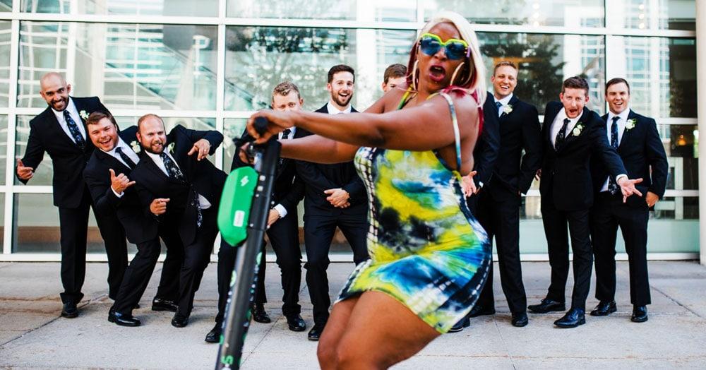Дама на самокате въехала в кадр на свадебной фотосессии — и стала героиней фотошоп-баттла