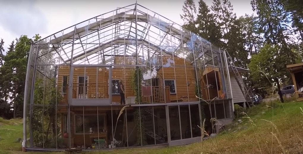 screenshot 1 - Шведская семья превратила свой дом в огромную теплицу, жизни в которой позавидуют не только помидоры