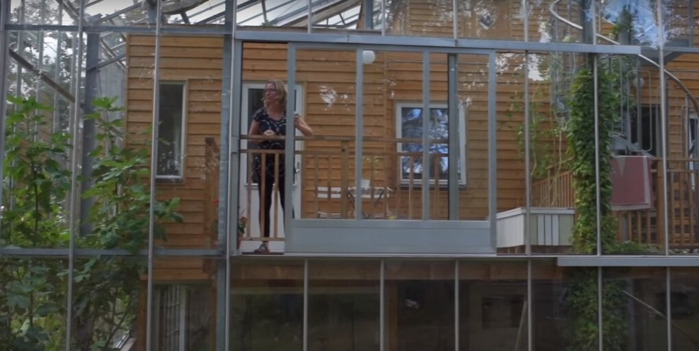 screenshot 10 - Шведская семья превратила свой дом в огромную теплицу, жизни в которой позавидуют не только помидоры