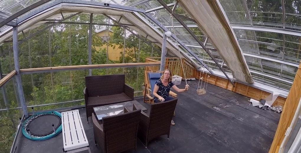 screenshot 5 - Шведская семья превратила свой дом в огромную теплицу, жизни в которой позавидуют не только помидоры