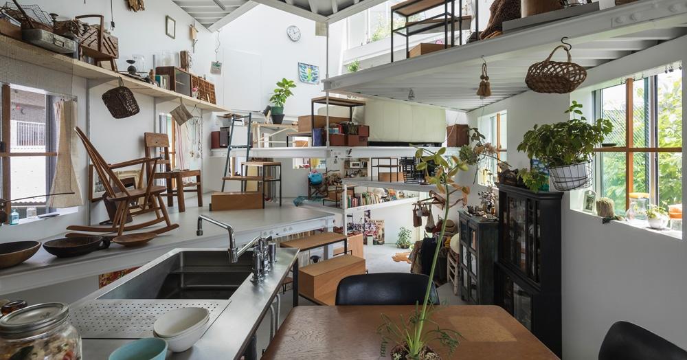 Семья из Японии живёт в доме, который снаружи выглядит обычным. Но внутри у него 13 этажей!