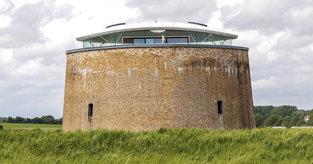 Эту невзрачную башню построили в XIX веке, но не судите её по внешности — ведь внутри у неё XXI век