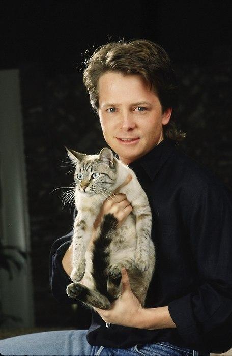 1566300200 cfc2008612a8460cd33b3d7e124b8ddb - 25 редких фотографий, на которых знаменитости запечатлены со своими любимыми котиками