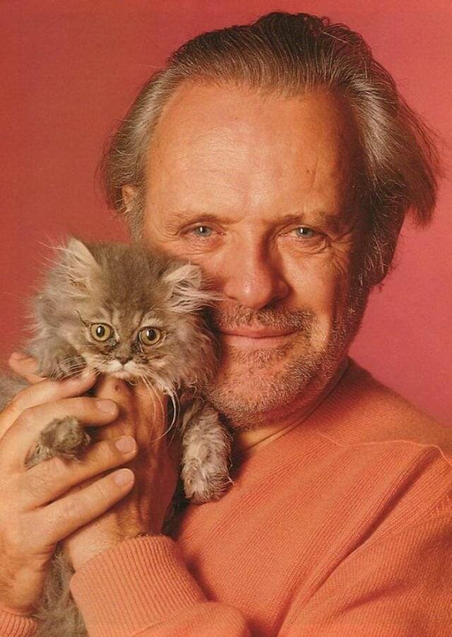 1566301045 5b9256b9ee19a7efc83bb7505c4399b6 - 25 редких фотографий, на которых знаменитости запечатлены со своими любимыми котиками