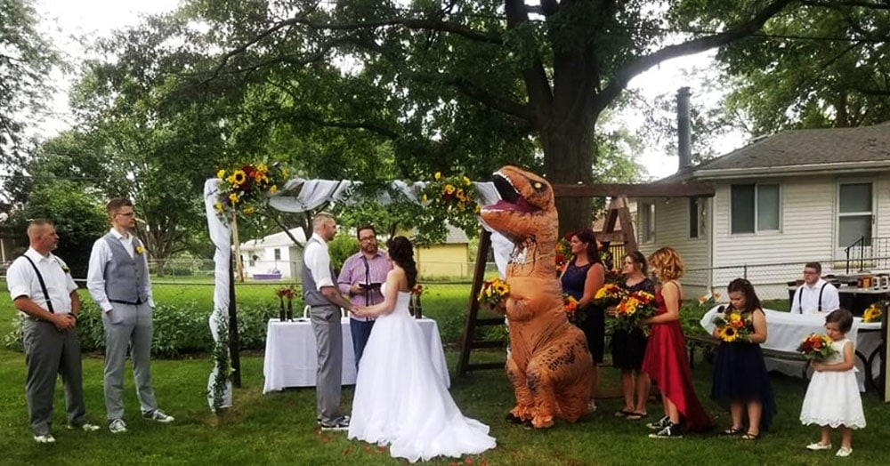 Невеста разрешила сестре прийти на свадьбу в чём угодно. Та не растерялась и надела огромный костюм динозавра
