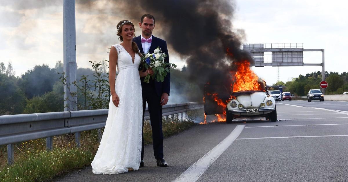 Молодожёны как ни в чём не бывало сфоткались у полыхающей машины и попали в огненный фотошоп-баттл