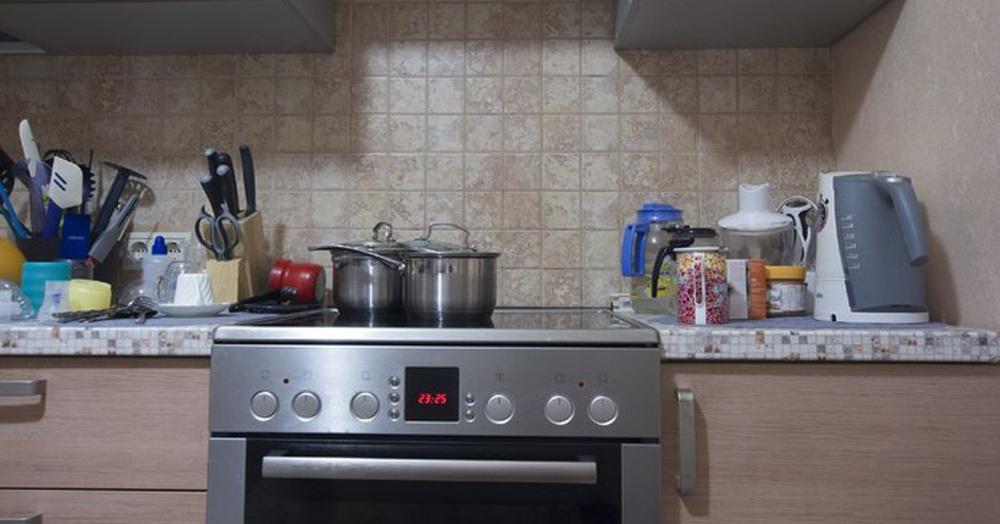 Как выглядит обычная кухня в ультрафиолетовом свете? Эксперимент, вдохновляющий сделать уборочку