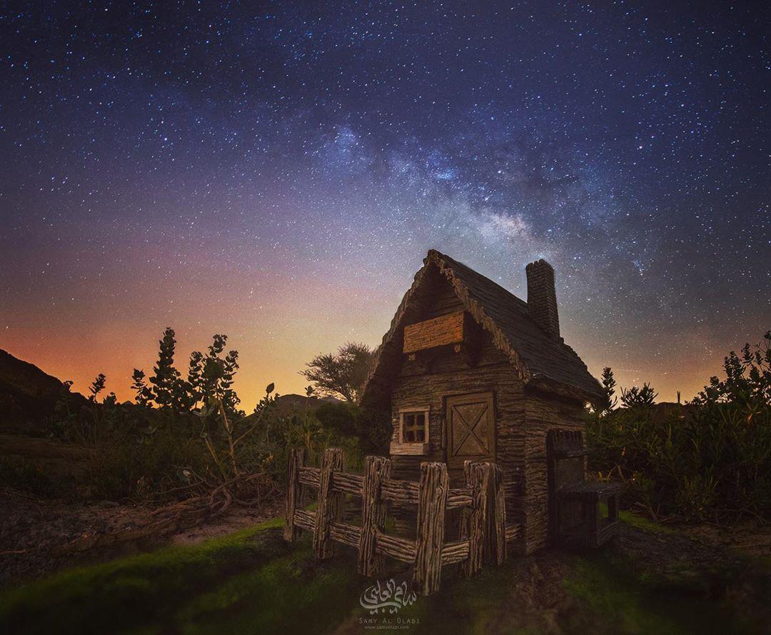 1570431161 871c8746f424cb46f98647a688dacd0a - Фотограф снимает игрушечные домики на фоне звёздного неба, и его работы — просто космос