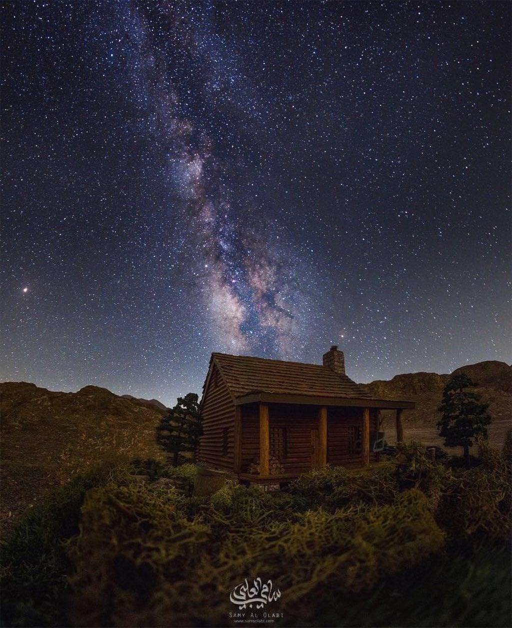 1570431162 740616df27f81a732cb596666be1cd2b - Фотограф снимает игрушечные домики на фоне звёздного неба, и его работы — просто космос