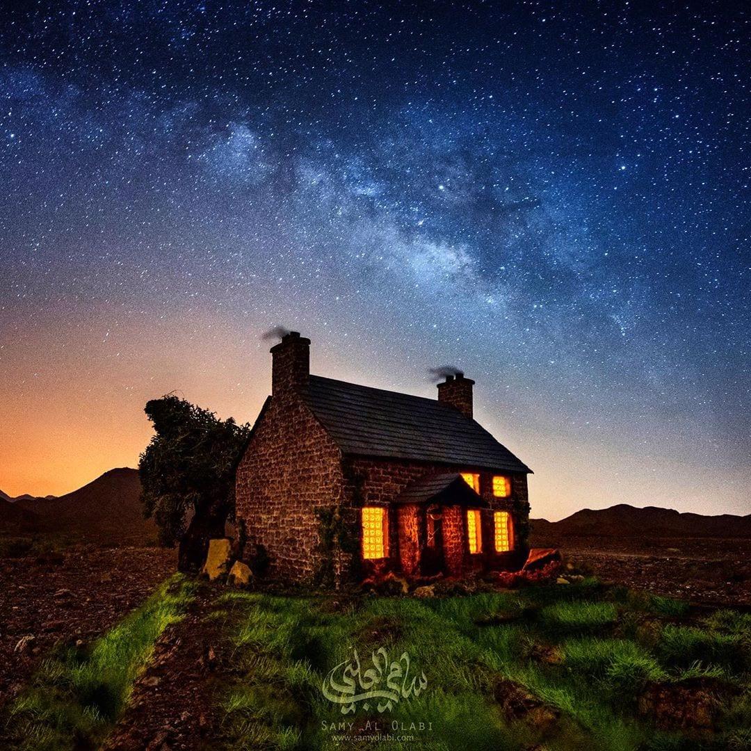 1570431163 97ccb99e94da57ae31535bf4371f664b - Фотограф снимает игрушечные домики на фоне звёздного неба, и его работы — просто космос