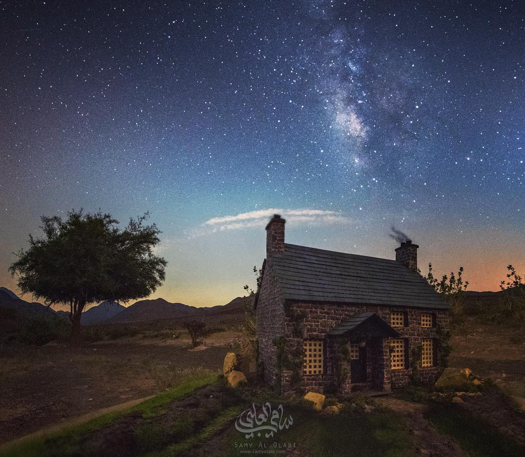 1570431165 1dc0010061679cb21d40725cb4971f2f - Фотограф снимает игрушечные домики на фоне звёздного неба, и его работы — просто космос