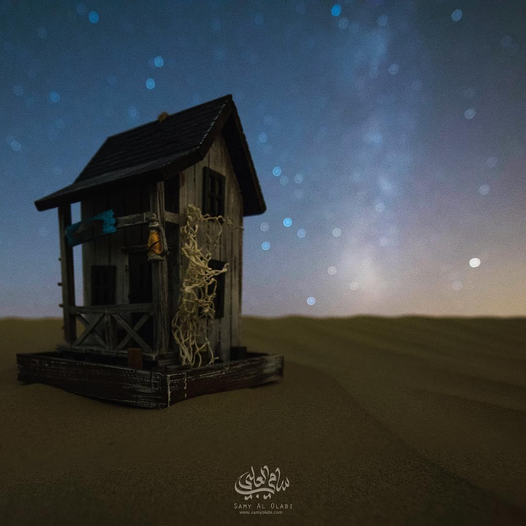 1570431166 810fea9e65fa3f4c01394d0fb07f1ae1 - Фотограф снимает игрушечные домики на фоне звёздного неба, и его работы — просто космос