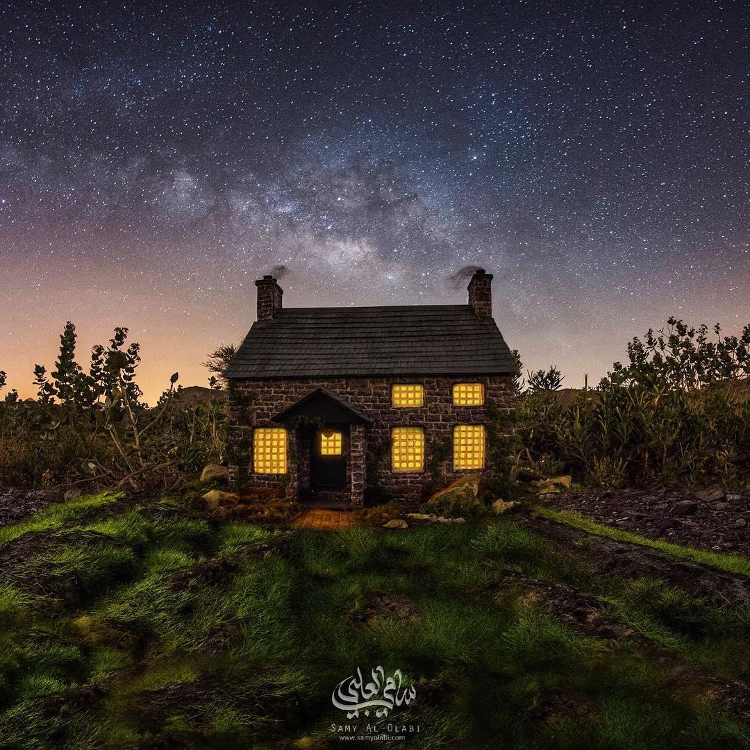 1570431166 bcc58e97c0509dc1cc2d9ddefb52e872 - Фотограф снимает игрушечные домики на фоне звёздного неба, и его работы — просто космос