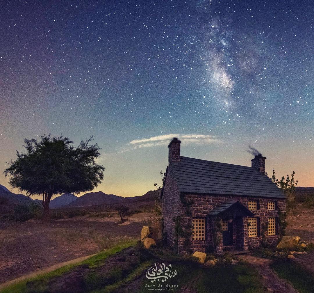 1570431167 90b472d3d89eb4a367a3140da47a34f1 - Фотограф снимает игрушечные домики на фоне звёздного неба, и его работы — просто космос