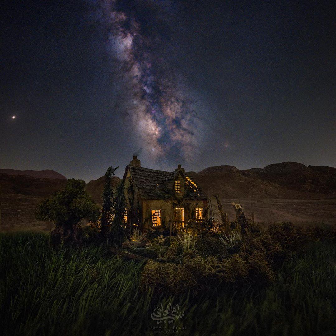 1570431169 90dbe7ff0332dbf1b8318b28cd6b238c - Фотограф снимает игрушечные домики на фоне звёздного неба, и его работы — просто космос