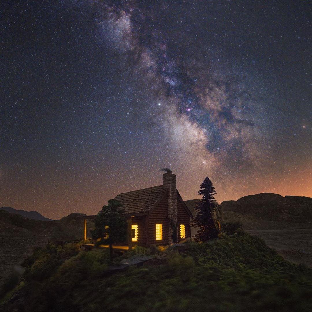 1570431170 b2f83d9c2c037ba9fcf76b232b6ddf77 - Фотограф снимает игрушечные домики на фоне звёздного неба, и его работы — просто космос