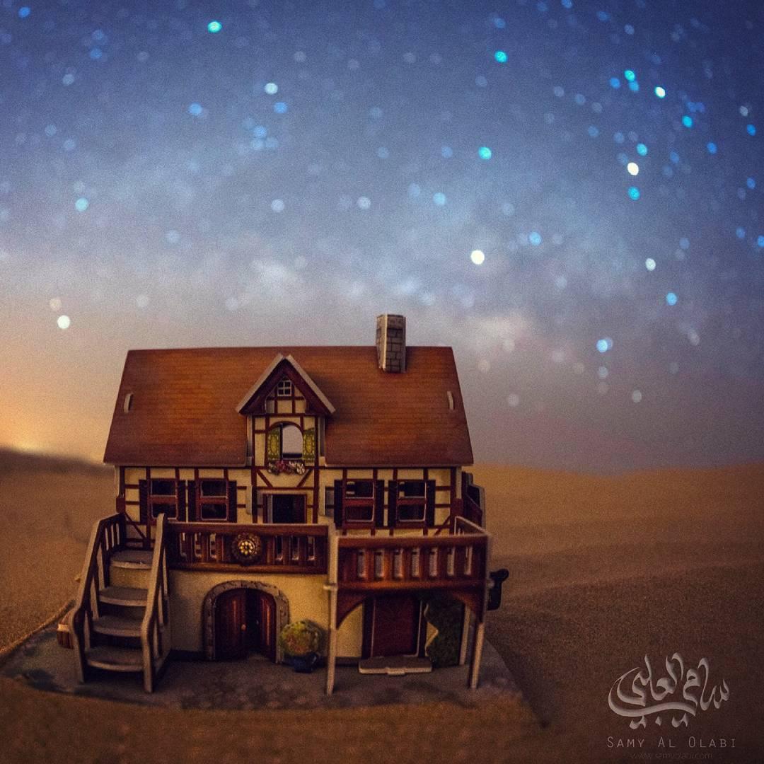 1570431445 ee3bf423d3a9ab45a77f0e636110c26a - Фотограф снимает игрушечные домики на фоне звёздного неба, и его работы — просто космос