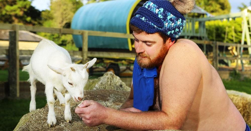 Ирландские фермеры устроили фотосессию с животными для нового календаря 2020 года. Получилось жарко!