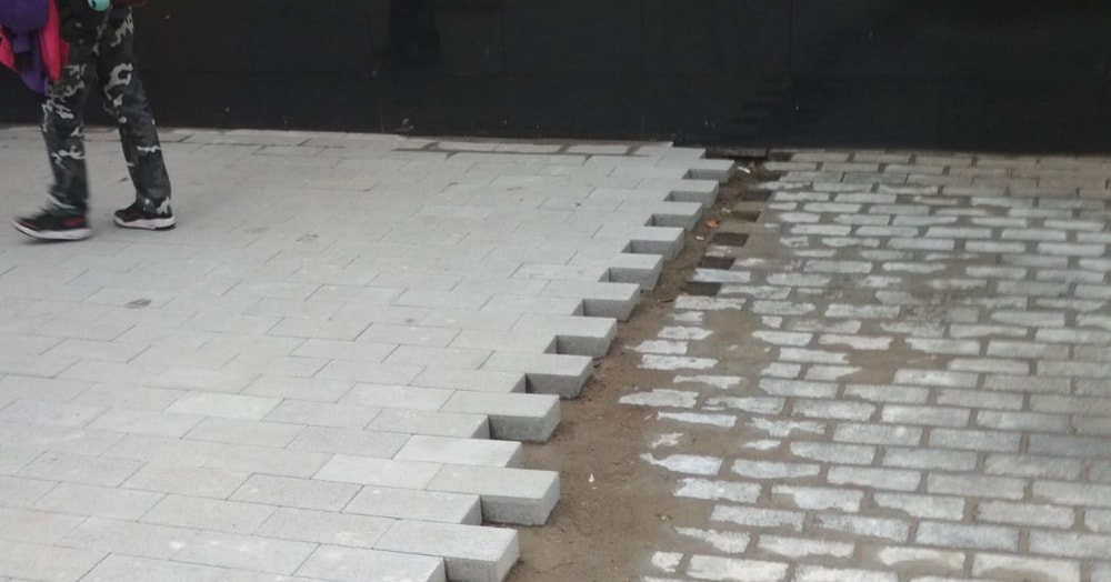 Почему в Москве плитку кладут на плитку? У Твиттера много теорий, но больше всего жалко археологов