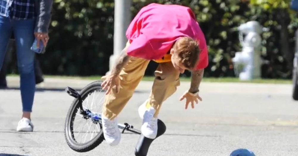 Джастин Бибер проехался на моноцикле, но что-то пошло не так, и он докатился до битвы фотошоперов