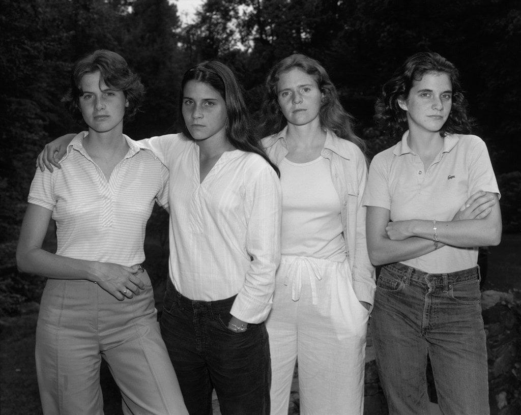 1573221148 c8ac53def72cd72380e7f75dc8aa207f - Фотограф каждый год снимал четырёх сестёр и показал, как они менялись на протяжении 40 лет