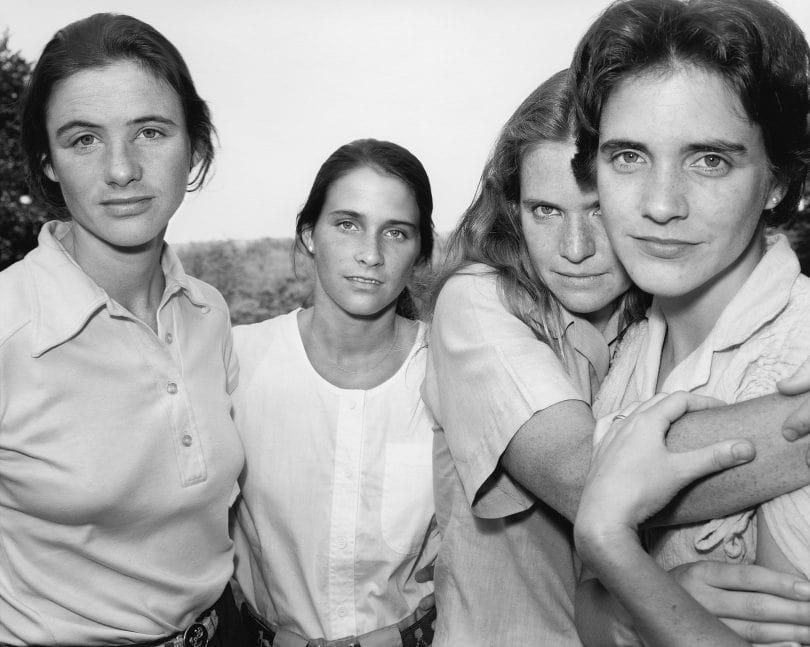 1573221212 5f029fbf2a061172ea402dfdfccc57c5 - Фотограф каждый год снимал четырёх сестёр и показал, как они менялись на протяжении 40 лет