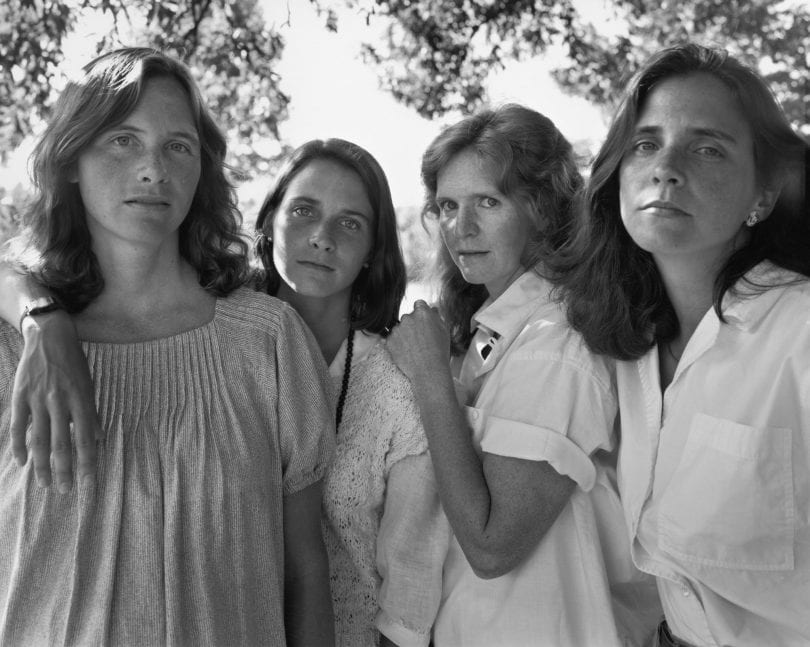 1573221251 20e66261edfcaaaed2596977f9005ed9 - Фотограф каждый год снимал четырёх сестёр и показал, как они менялись на протяжении 40 лет