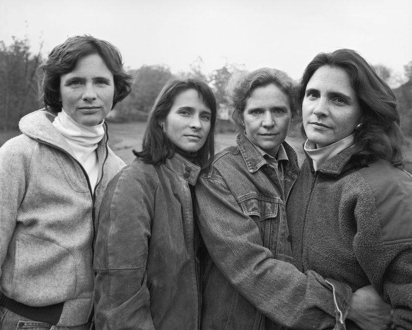 1573221275 b8a1d0f600f388c84d173fdee22a1e4a - Фотограф каждый год снимал четырёх сестёр и показал, как они менялись на протяжении 40 лет