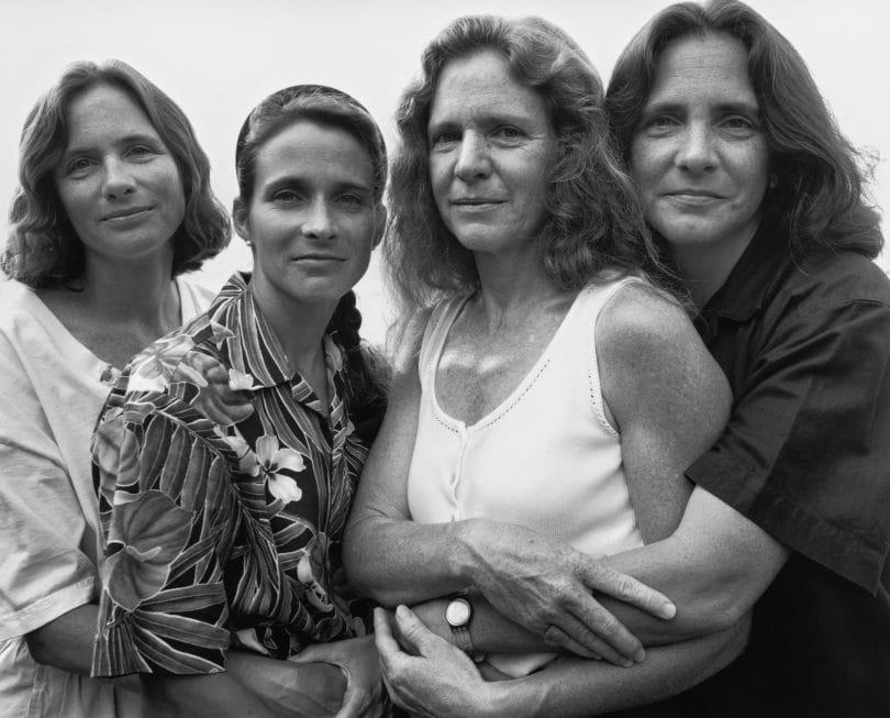 1573221302 061141c938e071310bbfe3587b2bd8d9 - Фотограф каждый год снимал четырёх сестёр и показал, как они менялись на протяжении 40 лет
