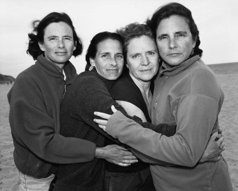 1573221356 a03f1515a025ea431116b94e66d042ca - Фотограф каждый год снимал четырёх сестёр и показал, как они менялись на протяжении 40 лет
