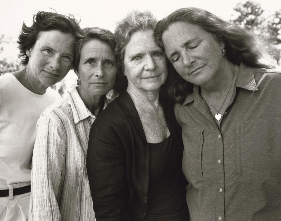 1573221585 ca6f6d6a90f5e8823c8930ded433ba80 - Фотограф каждый год снимал четырёх сестёр и показал, как они менялись на протяжении 40 лет