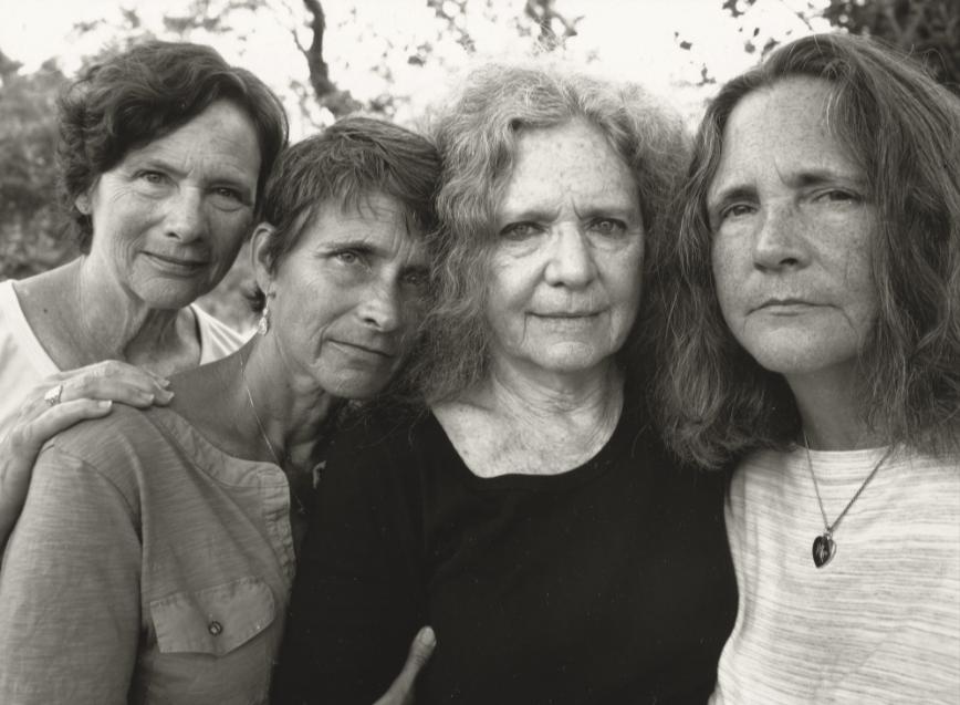 1573221661 d44255bafc3a8a1852be97f8537b91f1 - Фотограф каждый год снимал четырёх сестёр и показал, как они менялись на протяжении 40 лет