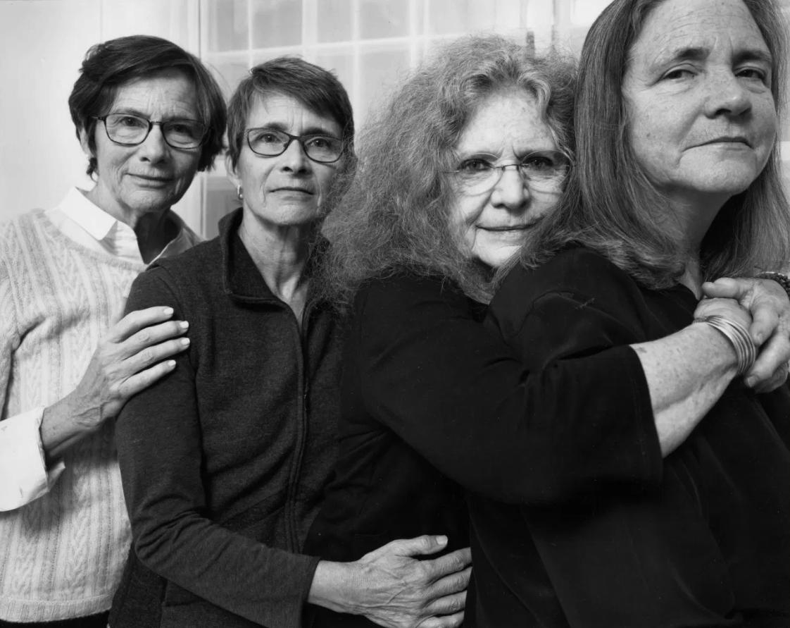 1573221742 5e4c1d7d5e9eb7725cb50eb5d1bf9d0d - Фотограф каждый год снимал четырёх сестёр и показал, как они менялись на протяжении 40 лет