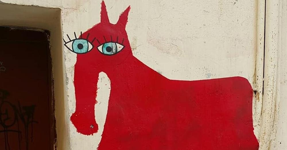 В Петербурге на стенах появляются загадочные глазастые лошади. Откуда они берутся и где их найти