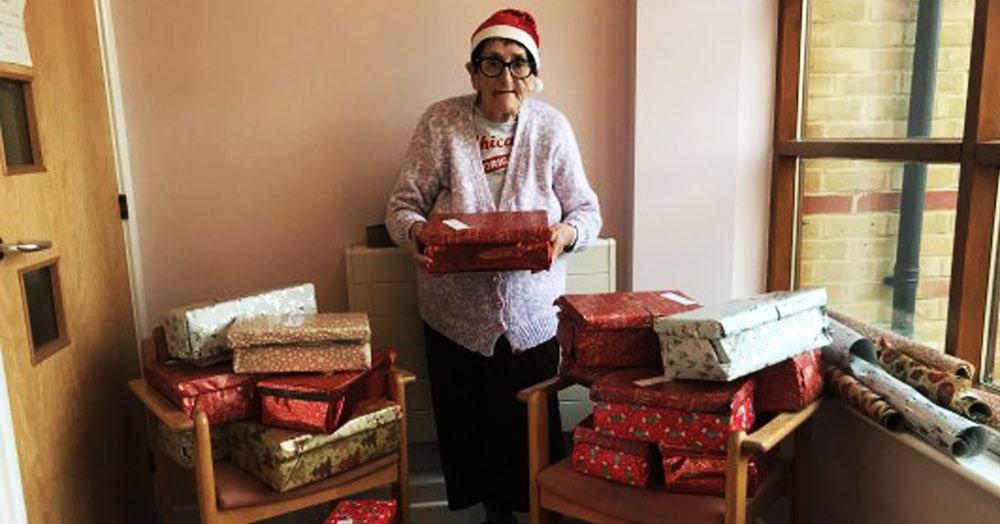 Бабушка из Британии взяла на себя работу доброго Санты и собрала 500 подарков для детей и бездомных