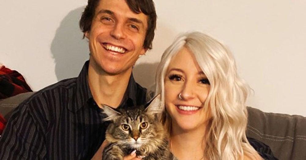 Пара из разных стран встретилась в группе с толстыми котами на Фейсбуке. И эта любовь победила огромные расстояния!