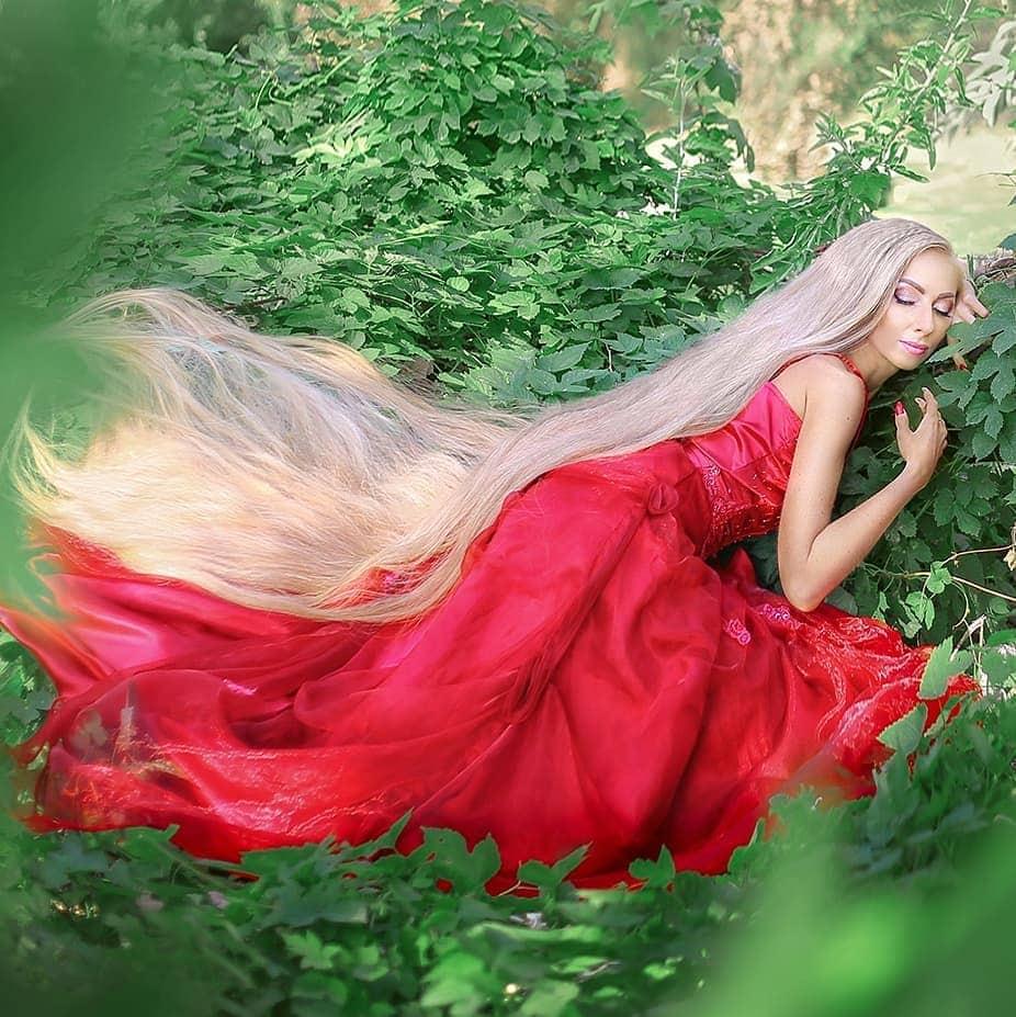 1577107629 1317d68e0e822f9e5c2c0094856da5cd - Украинка отрастила волосы длиной в 1.8 метра и рассказала, как живётся Рапунцель в современном мире