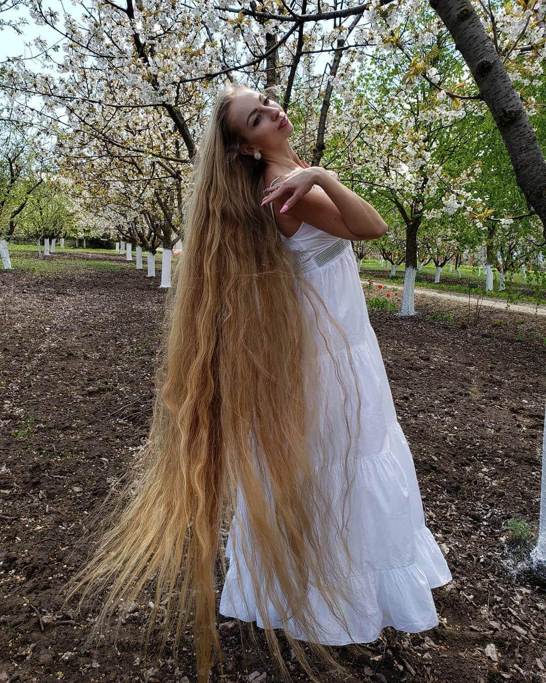 1577108216 ee02db8ce890d2369ecd323882b643b3 - Украинка отрастила волосы длиной в 1.8 метра и рассказала, как живётся Рапунцель в современном мире