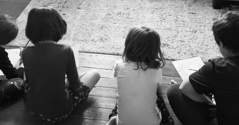 Отец придумал гениальный лайфхак, благодаря которому можно присмотреть за детьми и выспаться